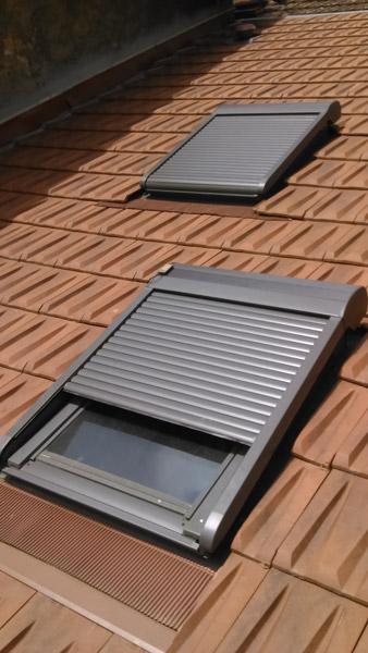 Fenêtre de toit (Velux) avec volet roulant électrique.
